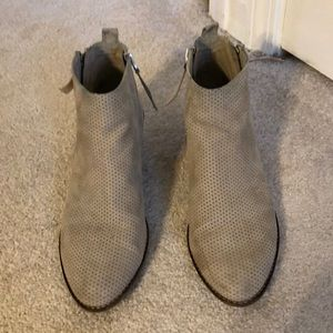 Great condition taupe dolce vita booties